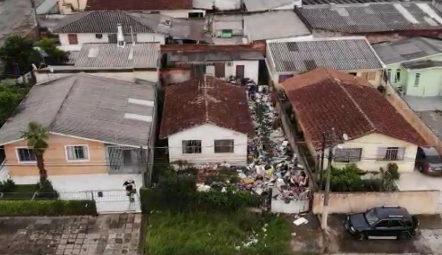 Acumulador de lixo transforma rua de Curitiba em paraíso das ratazanas