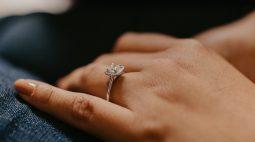Mulher posta anel de noivado deslumbrante, mas detalhe chama mais atenção