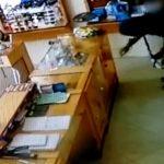 Vídeo: assaltantes armados roubam joalheria e pertences de funcionários em Itaipulândia