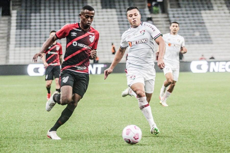 Com gol contra de Zé Ivaldo, Athletico perde para o Fluminense por 1 a 0