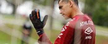 Sem goleiro Santos, Athletico divulga relacionados para enfrentar o Fortaleza; confira a lista