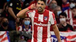 Suárez faz dois gols, e Atlético de Madrid busca empate com líder Real Sociedad pelo Espanhol