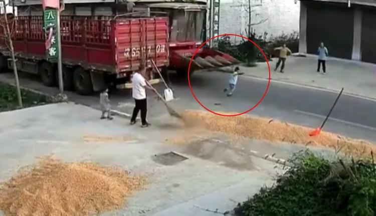 Menino é atropelado por colheitadeira e sobrevive; veja o vídeo