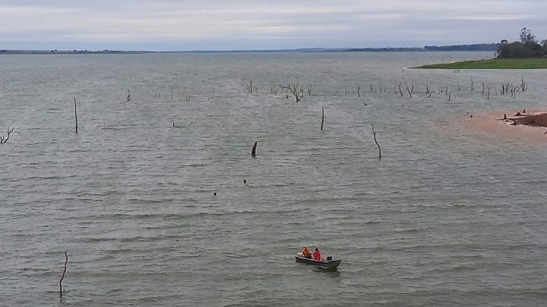 Barco naufraga em Alvorada do Sul e duas pessoas desaparecem; buscas continuam nesta segunda (11)