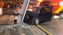 Possível vítima de mal súbito, mulher bate carro em poste no Cabral, em Curitiba