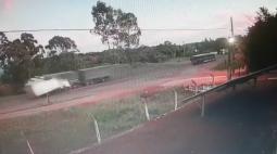 Câmera flagra acidente com morte na PR-483; colisão envolveu veículos de carga