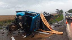 Caminhoneiro de 28 anos morre ao perder controle de veículo e tombar