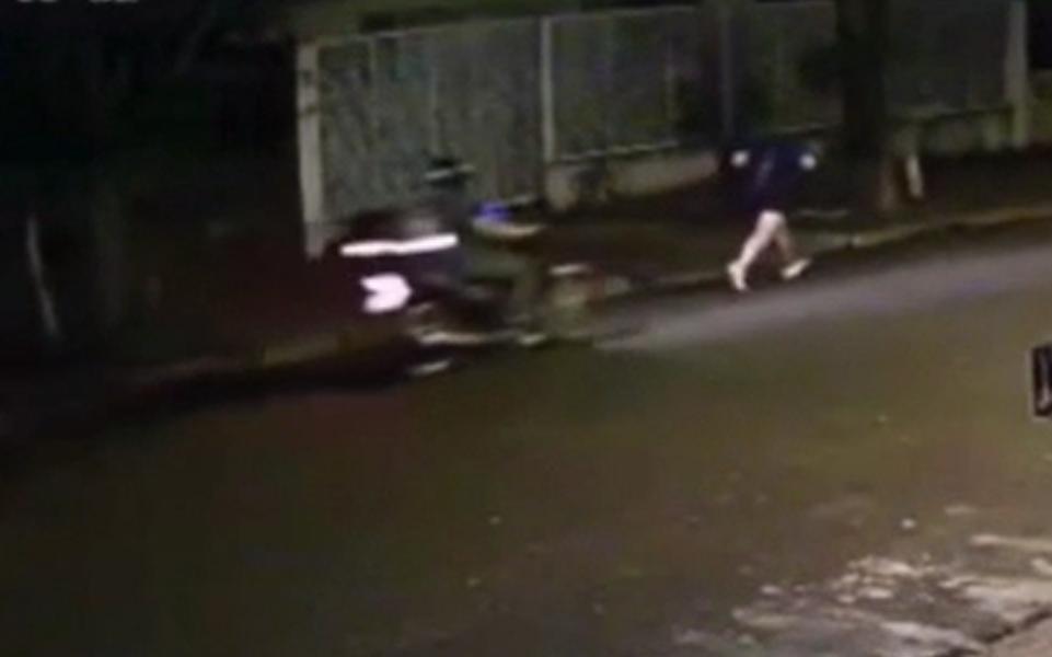 Mais um caso: motociclista passa mão em mulher que estava correndo na rua em Maringá; VÍDEO
