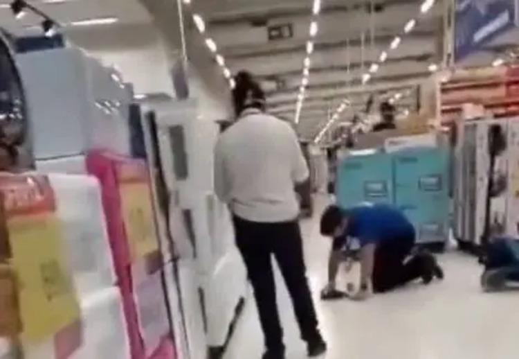 VÍDEO: gerente humilha funcionário que limpa o chão de joelhos