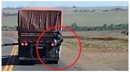 """Vídeo mostra homem """"pegando carona"""" na traseira de carreta no Oeste do PR"""