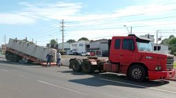 VÍDEO: Carreta carregada de pré-moldado desengata sozinha de caminhão em rodovia