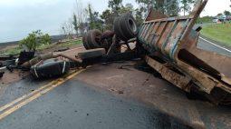 Caminhões se 'desmancham' e explodem em forte colisão na BR-376