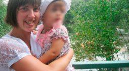 Criança é encontrada tremendo ao lado do corpo da mãe que morreu de hipotermia