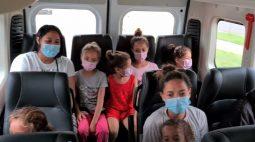 Dia de princesa: crianças ganham tratamento de beleza da PM e comerciantes