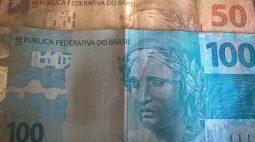 Homem arruma confusão em banco e tenta 'melhorar situação' dando R$100 para policiais