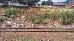VÍDEO: Motociclista foge de blitz, mas cai em linha do trem e precisa ser socorrido