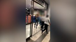 Trio furta cerca de 40 ursinhos de máquina; veja o vídeo do flagrante
