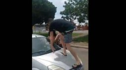 Acidente de trânsito termina com homem revoltado em cima do carro; vídeo