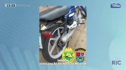 Adolescentes são presos após serem flagrados empinando moto