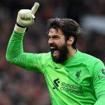 Alisson celebra goleada do Liverpool no Old Trafford