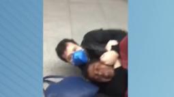 Seguranças de metrô dão 'mata-leão' em homem negro com bebê