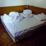 Jovem acorda nua em quarto de motel e diz não se lembrar do que aconteceu