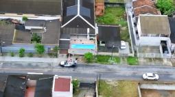 Casas de alto padrão, carros e bebidas: polícia prende 17 traficantes no Litoral que levavam vida de luxo