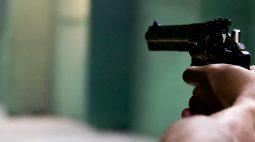 Na mira de arma, família é obrigada a debloquear celulares e fazer PIX para bandidos