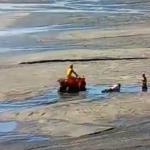 Mulheres ficam presas em 'areia movediça' na praia central de Camboriú