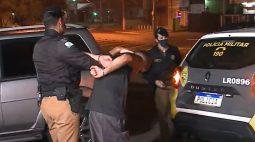 Logo após sair da cadeia, rapaz é preso depredando viatura no Centro de Curitiba