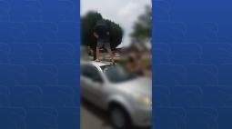 VÍDEO: homem agride mulher e sobe em cima do carro da vítima em briga de trânsito