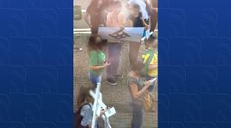 Manifestante exibe suástica durante protesto contra obrigatoriedade da vacina, no Paraná