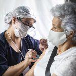 Curitiba: dose de reforço, na quinta (28), é para todos idosos vacinados até 19 de abril