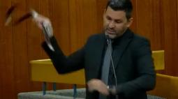 Vereador ameaça parlamentar com cinto: 'eu queria te educar com uma cinta no teu lombo'