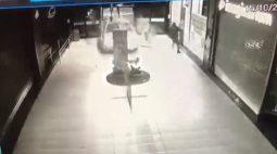 VÍDEO: Carro invade shopping de madrugada e causa estragos