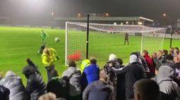 VÍDEO: jogador erra pênalti e acerta a cabeça de segurança do estádio