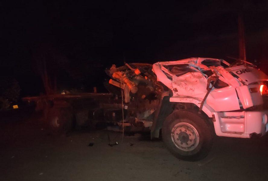 Homem morre e outros dois ficam feridos após caminhão capotar em Umuarama