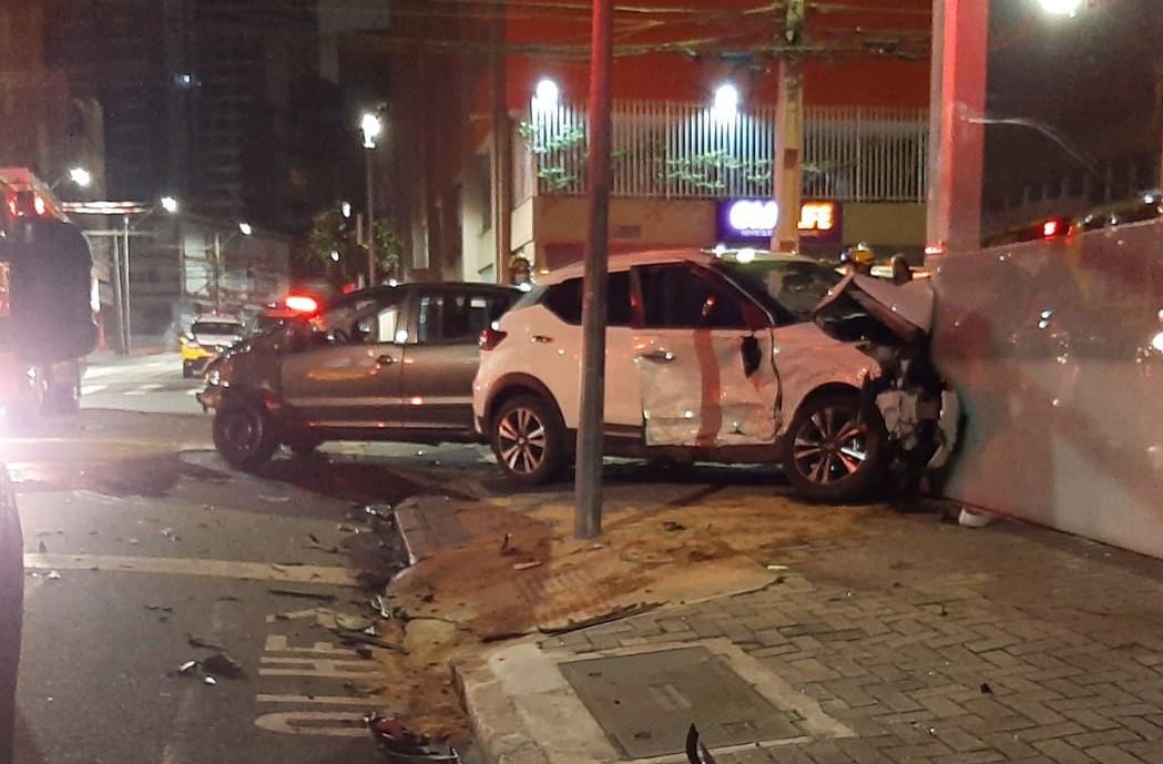 Motorista com tornozeleira eletrônica e sinais de embriaguez causa acidente com vítimas no Centro de Curitiba