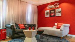 Coca-Cola FEMSA Brasil inaugura em Foz do Iguaçu primeiro e único quarto temático da marca no país