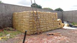 PM apreende cerca de 800 caixas de cigarros paraguaios em terreno vazio