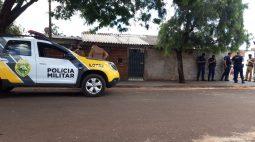 Jovem cai morto no quintal de uma casa enquanto fugia de tiros no interior do Paraná