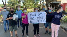 Moradores fazem protesto após ficarem 4 dias sem energia após temporal em Maringá