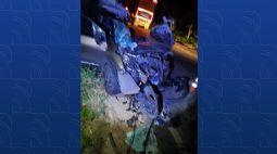 Carro fica completamente destruído após colidir com caminhão em Umuarama