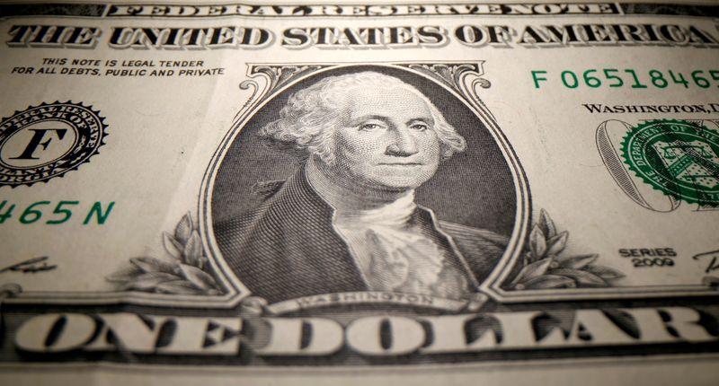 Dólar recua ante real, mas tensões políticas seguem no radar