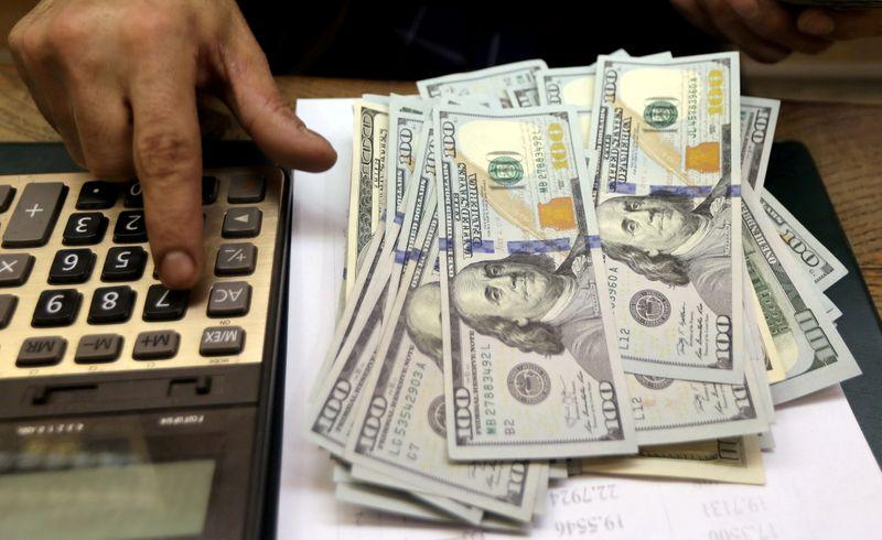 Dólar devolve ganhos após susto com inflação dos EUA