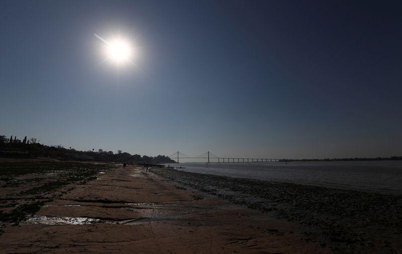 Medidas ambientais e baixa do rio Paraná afetam embarcações agroexportadoras na Argentina