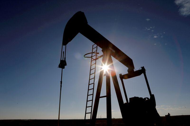 Preços de petróleo sobem com sinais de aperto na oferta