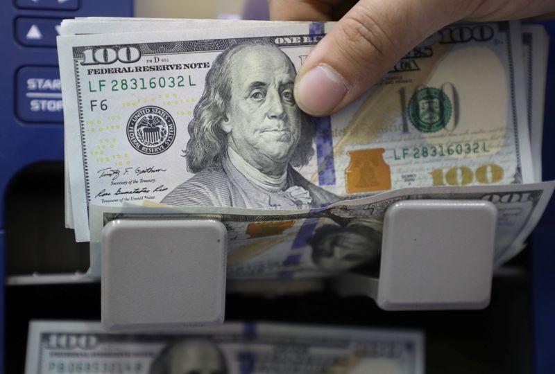 Após superar R$5,30, dólar passa a cair após BC vender swap pela 1ª vez desde março