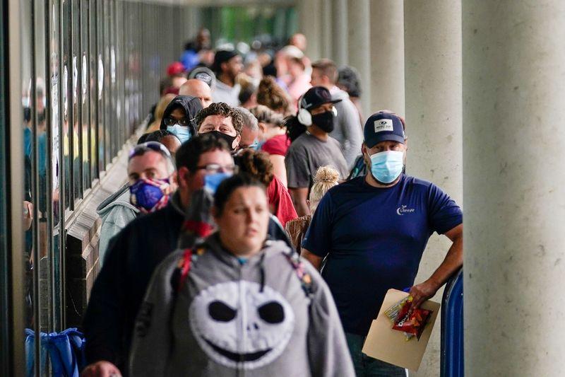 Pedidos de auxílio-desemprego nos EUA permanecem em torno de 1 milhão
