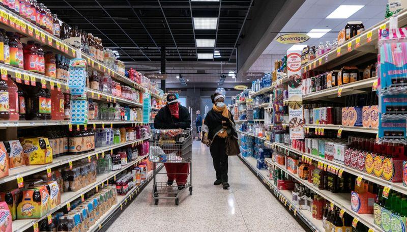 Gastos dos consumidores dos EUA sobem com força e renda se recupera em julho